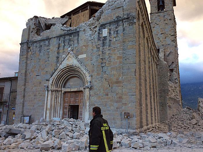 Il centro di Amatrice distrutto dal terremoto che nella notte ha colpito l'Italia centrale. Amatrice, 24 agosto 2016. ANSA/ ALBERTO ORSINI